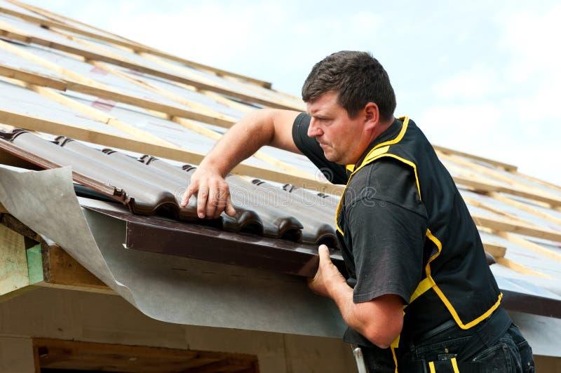 Mattonelle adatte del roofer maschio immagini stock libere da diritti