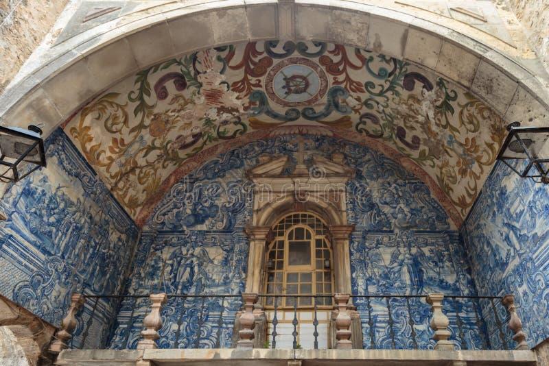 Mattonelle artistiche blu Azulejos: Decorazione sotto l'arco in via di Obidos, Portogallo fotografia stock
