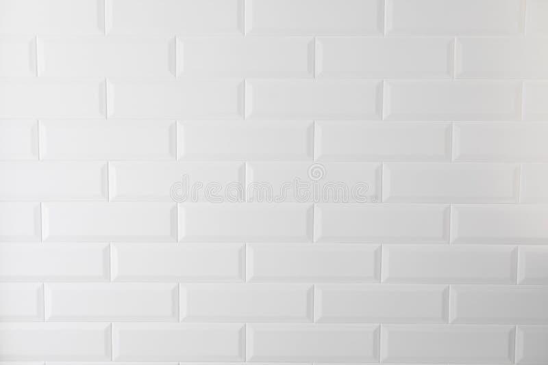Mattonelle bianche di struttura nella cucina o nel bagno fotografia stock libera da diritti