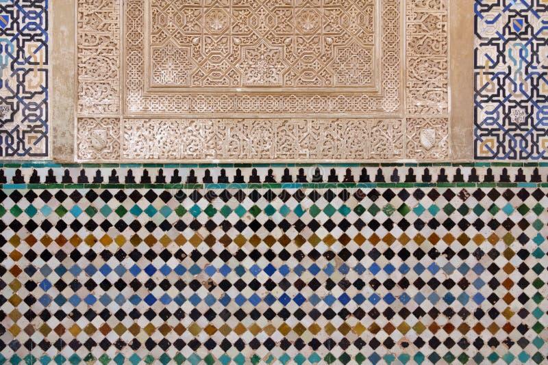 Mattonelle decorate con le forme geometriche a colori a Alhambra immagine stock libera da diritti