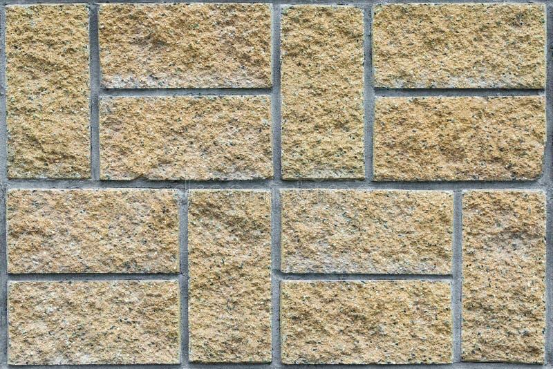 Mattonelle di pietra beige sui precedenti della facciata della costruzione, struttura, Se fotografia stock libera da diritti