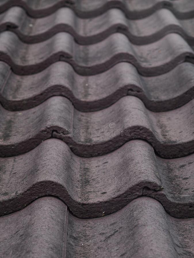 Mattonelle di tetto concrete spesse pesanti marroni rosso scuro fotografie stock