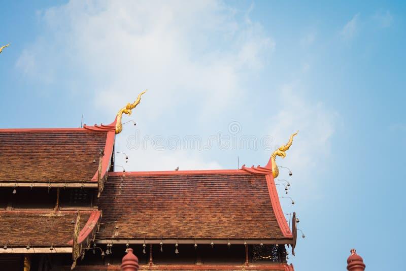 Mattonelle di tetto del tempio in Chiang Mai immagini stock