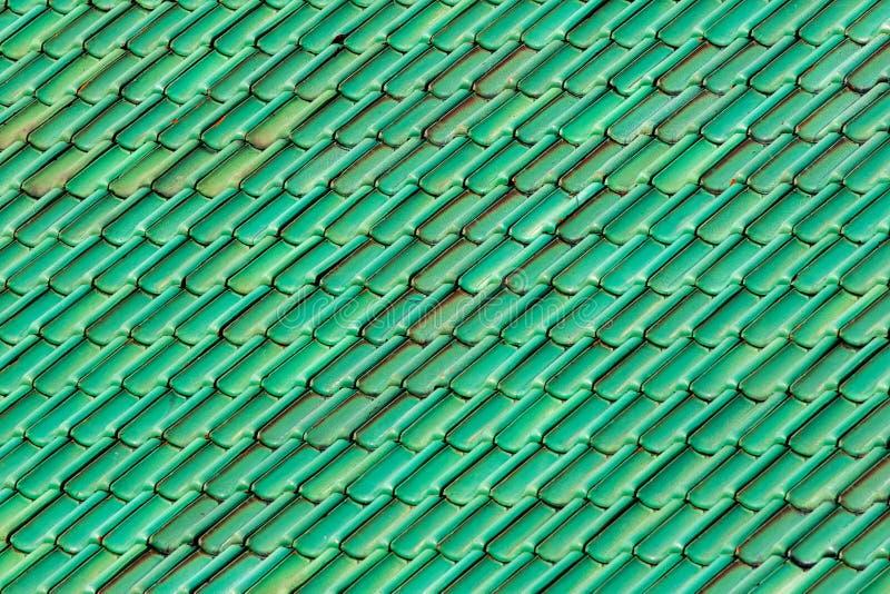 Mattonelle di tetto verdi vibranti Imag modellato e strutturato del fondo immagine stock