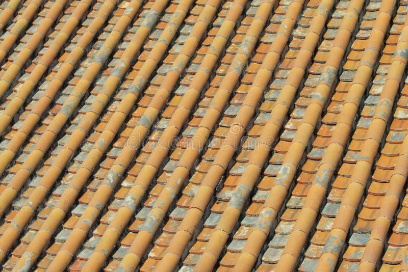 Mattonelle lustrate tetto giallo fotografia stock