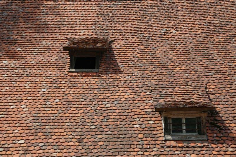 Mattonelle piane rosse sulla vecchia casa di pietra fotografia stock libera da diritti