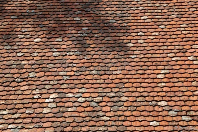 Mattonelle piane rosse sulla vecchia casa di pietra fotografie stock