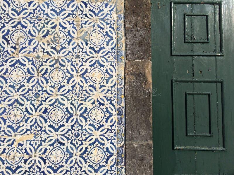 Mattonelle portoghesi su una parete immagine stock