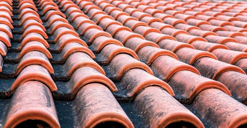 Mattonelle protette dell'argilla sul tetto di una casa Concetto di riparazione del tetto fotografia stock