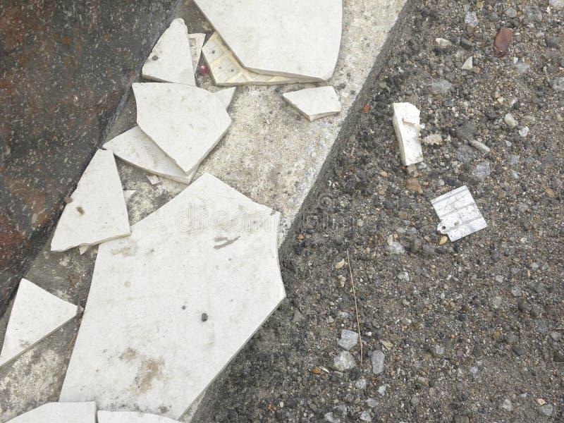 Mattonelle rotte sulla strada immagine stock