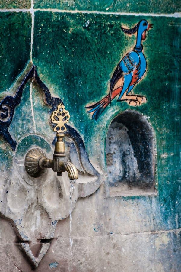 Mattonelle turche fatte a mano dell'ottomano coperte fontana storica immagine stock