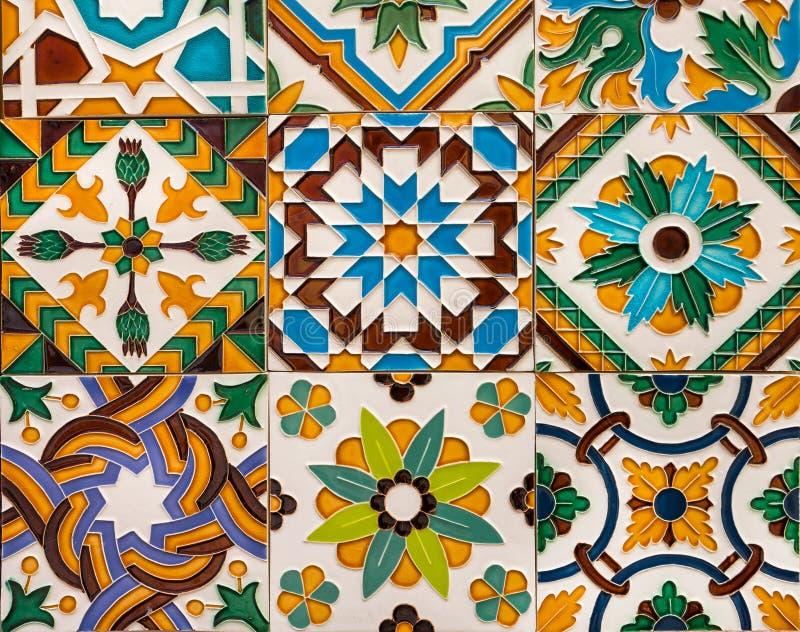 Mattonelle variopinte ceramiche sulla parete con i modelli tradizionali Influenza araba in materiali illustrativi spagnoli e port immagine stock libera da diritti