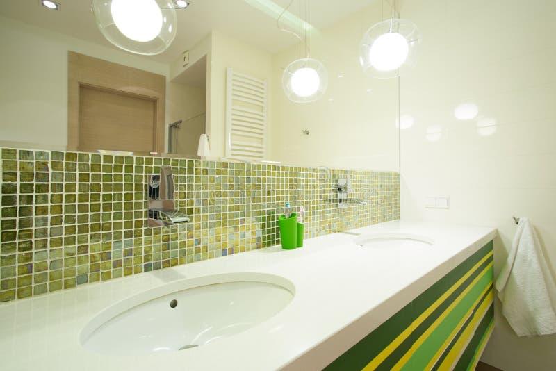 Mattonelle verdi in bagno moderno immagine stock - Mattonelle bagno moderno ...