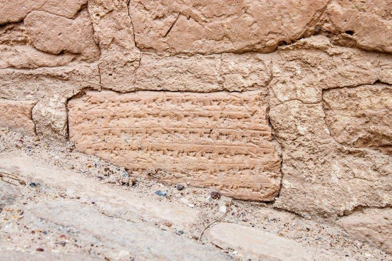 Mattoni con le iscrizioni cuneiformi fotografie stock