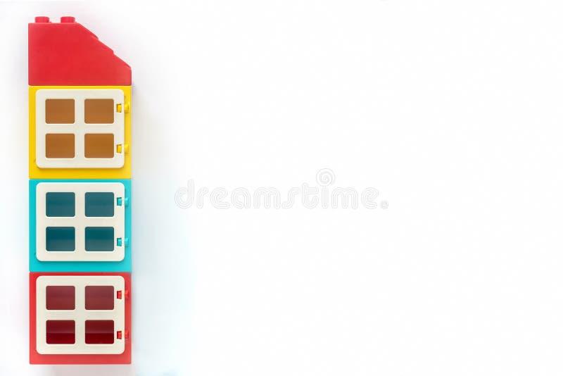 Mattoni di Lego Camera dei mattoni di plastica del costruttore su fondo bianco Giocattoli popolari Spazio libero per testo immagini stock libere da diritti