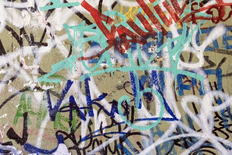 Mattoni macchiati colorati dipinti sporchi su una vecchia parete sporca Struttura variopinta di lerciume della parete Rettangoli  immagini stock