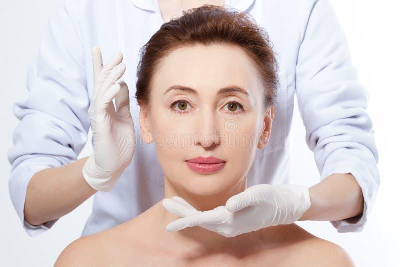 mature över plastikkirurgiwhitekvinna Collagen och anti-åldras begrepp Mellersta ålderkvinna Makroframsida med skrynklor arkivbilder