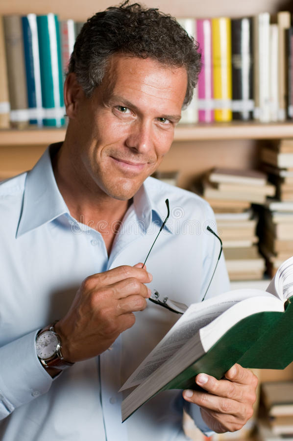 Free Mature Man Reading Book Stock Photography - 9915532