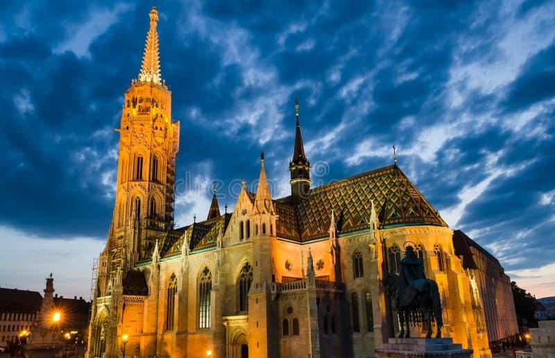 Matyas eller Matthias Church i Budapest, skymning. arkivfoto