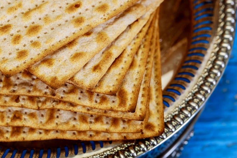Matza judío en el pan ácimo de la pascua judía fotografía de archivo libre de regalías