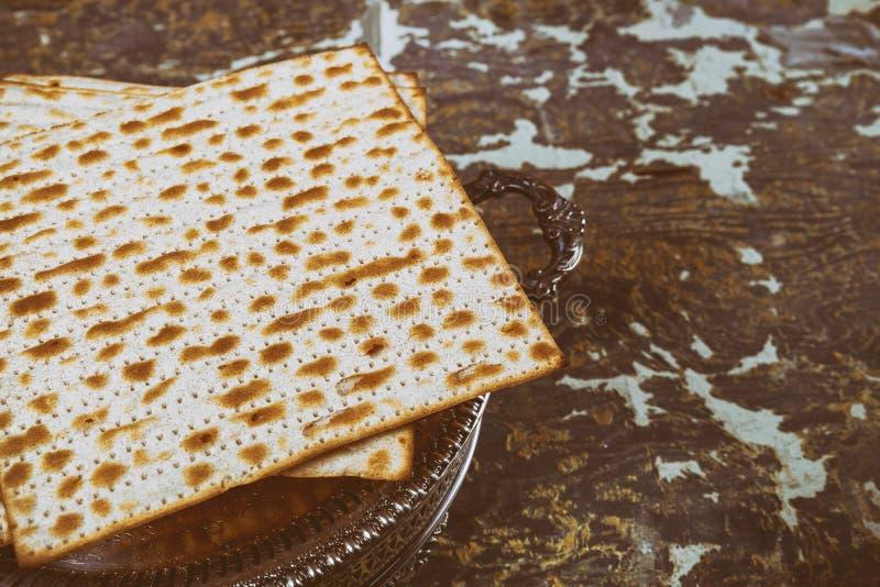 Matza judío en el pan ácimo de la pascua judía fotos de archivo