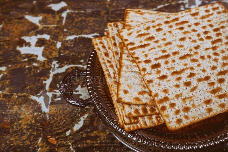 Matza judío en el pan ácimo de la pascua judía imagen de archivo