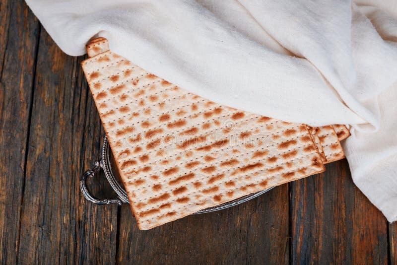 Matza judío en el pan ácimo de la pascua judía foto de archivo