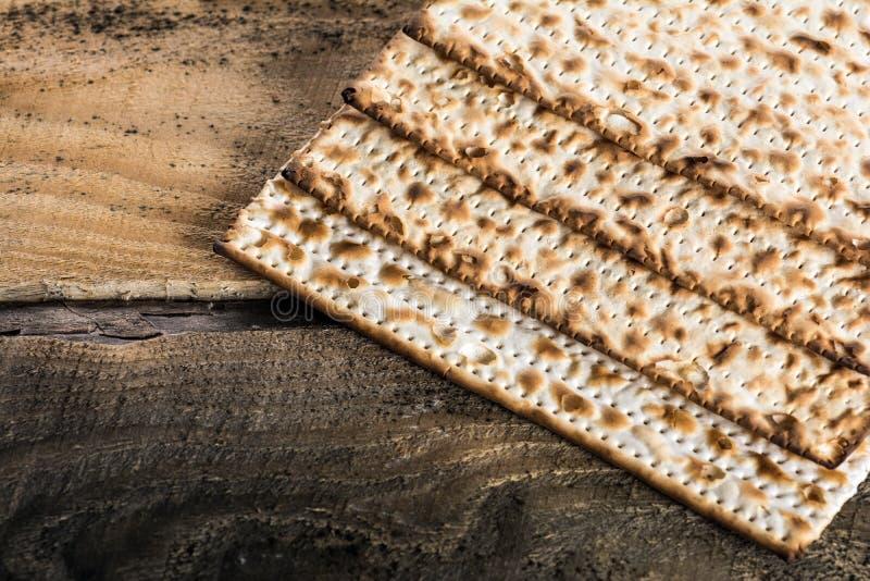 Matza judío en pascua judía imagenes de archivo