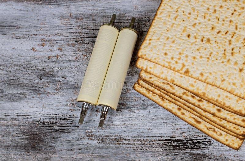 Matza judío sobre el detalle de la voluta de Torah de la pascua judía fotografía de archivo