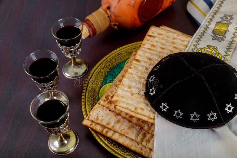 matzah在葡萄酒木头背景的逾越节哈加达红色洁净酒  免版税库存照片