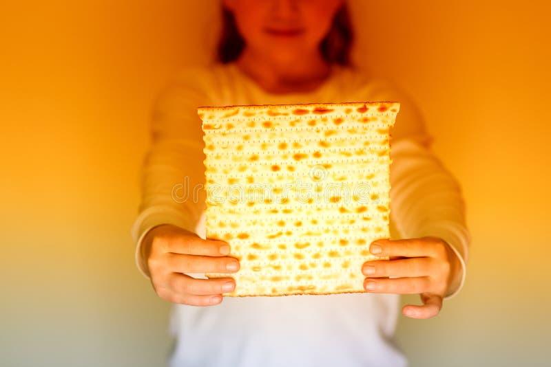 Matzah ebreo della tenuta della ragazza per il pesach fotografia stock