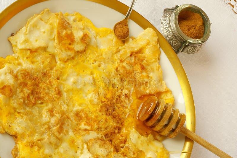 Matzah frito (estilo de la tortilla de huevos) fotos de archivo libres de regalías