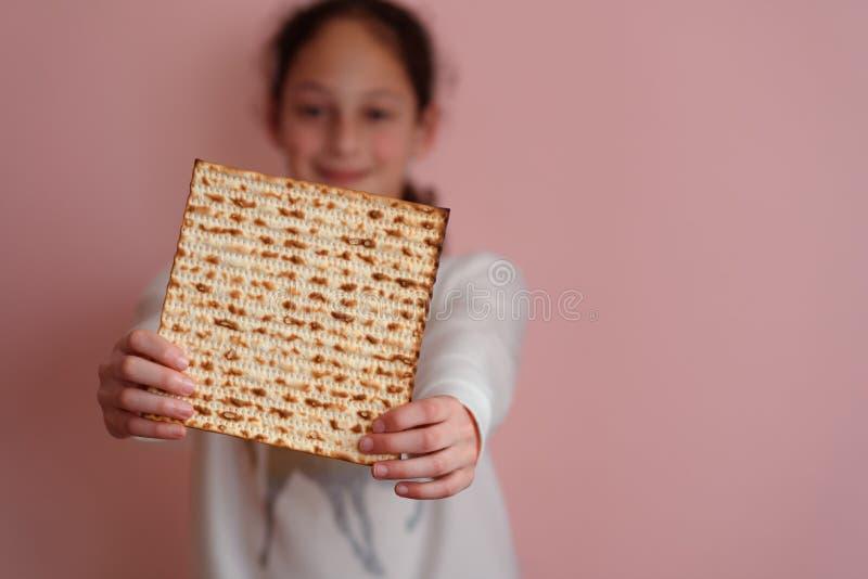 Matzah или matza удерживания маленькой девочки Еврейская поздравительная открытка приглашения или еврейской пасхи праздников r r стоковые изображения rf