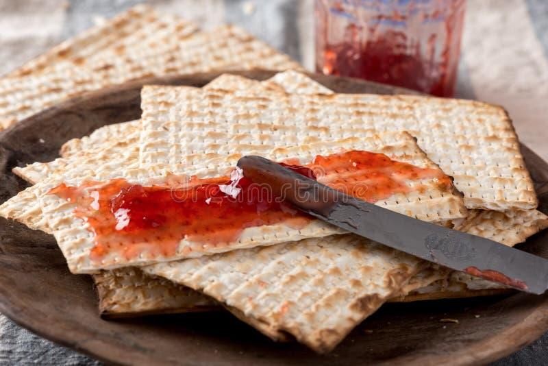 Matzah met Domeinen - Ongedesemd Brood voor Pascha royalty-vrije stock afbeelding