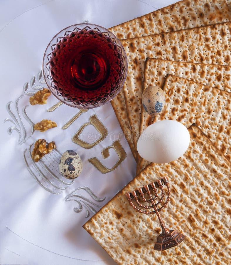 Matzah tradicional de la comida, huevos y vino rojo de la bebida para el día de fiesta judío de la pascua judía imagenes de archivo