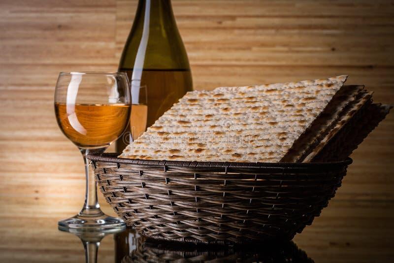 Matzahs Joodse passover matzah en geïsoleerde wijn royalty-vrije stock afbeelding