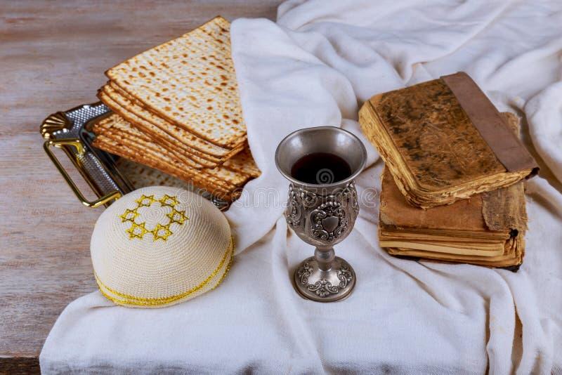 Matzo dla Passover z metalu winem na stole i tacą fotografia royalty free