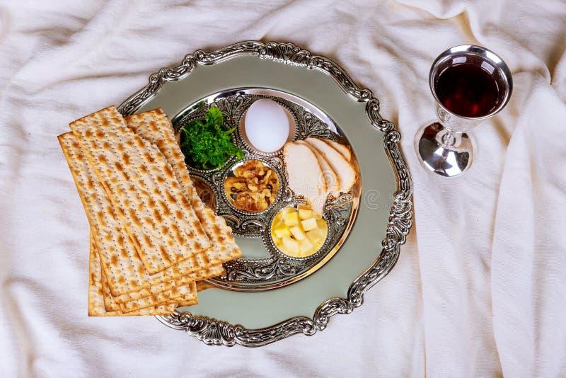Matzo dla Passover z Seder na talerzu na stole zamkniętym w górę zdjęcia stock