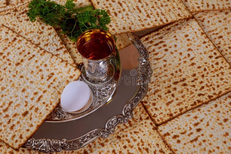Matzo e vinho judaicos do fundo da páscoa judaica do feriado imagens de stock