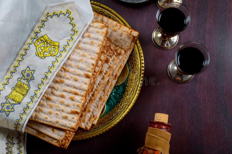 Matzo para la pascua judía con la bandeja del metal y el vino kosher en la tabla imágenes de archivo libres de regalías
