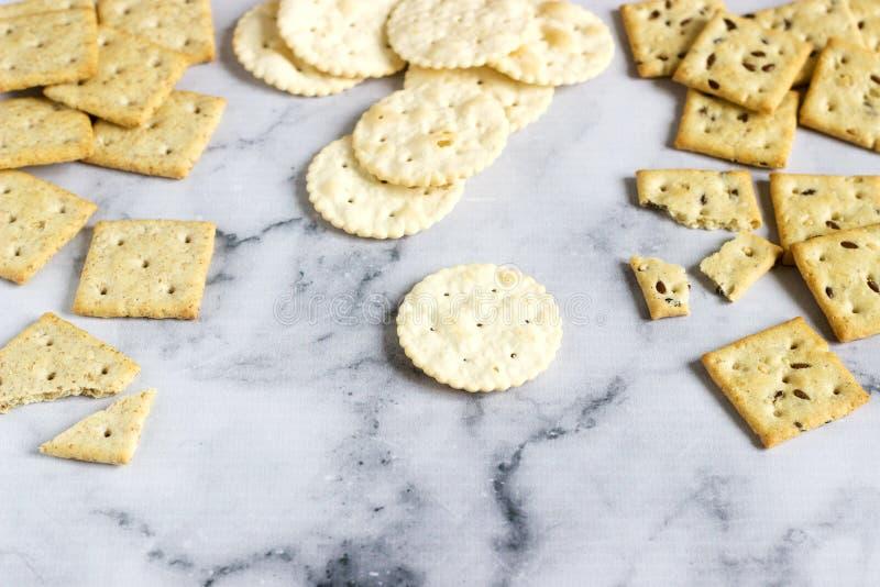Matzocrackers, zoute crackers met sesamzaden en lijnzaad op een lichte achtergrond royalty-vrije stock afbeeldingen