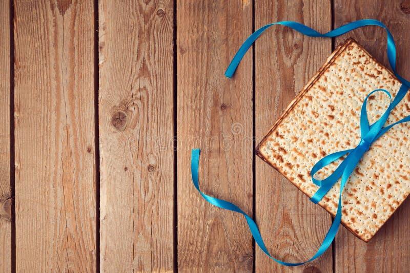 Matzoh för den judiska feriepåskhögtiden (Pesah) på träbakgrund royaltyfria foton