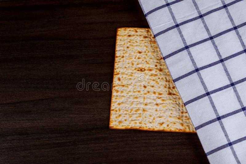 Matzoh para el pesah judío de la pascua judía del día de fiesta en fondo de madera fotos de archivo