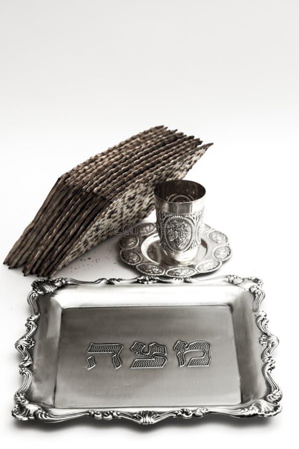 Matzos för påskhögtid Handgjort med a-silverbunken royaltyfria foton