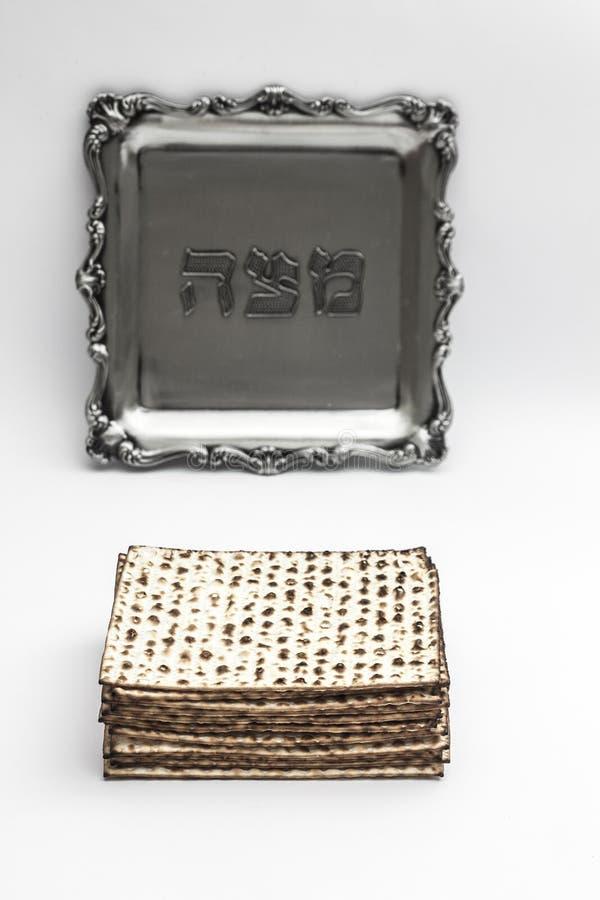 Matzos för påskhögtid Handgjort med a-silverbunken arkivbilder