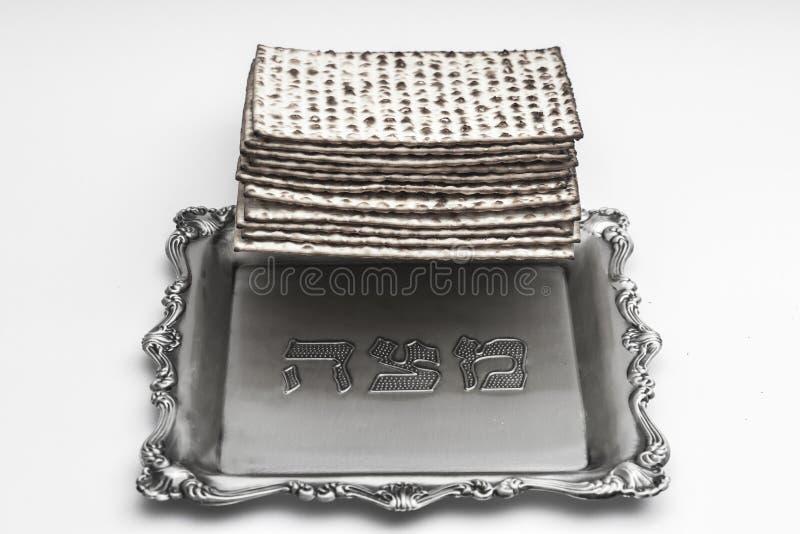 Matzos för påskhögtid Handgjort med a-silverbunken royaltyfri foto
