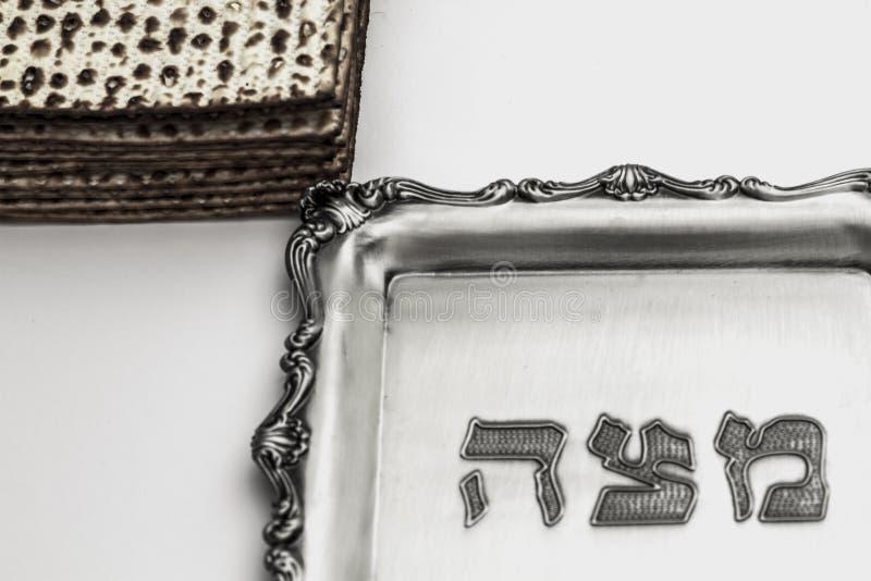 Matzos för påskhögtid Handgjort med a-silverbunken royaltyfri fotografi