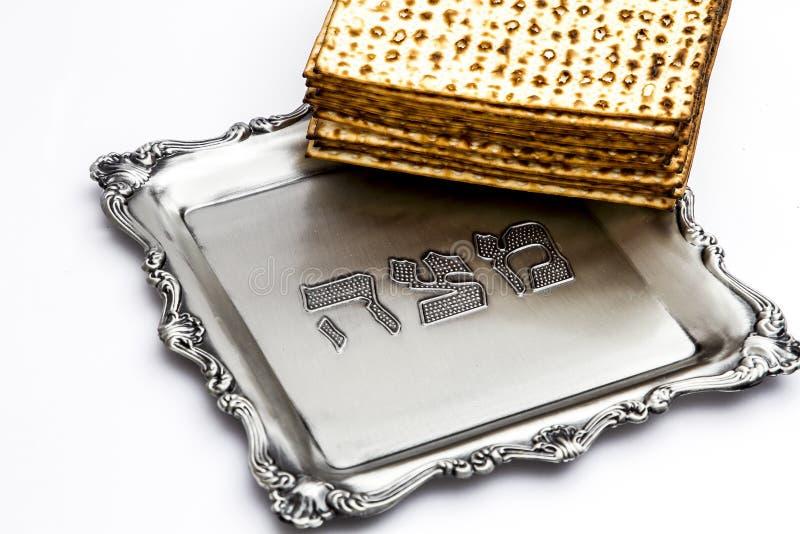Matzos para a páscoa judaica Feito a mão com a bacia da prata de A imagens de stock royalty free