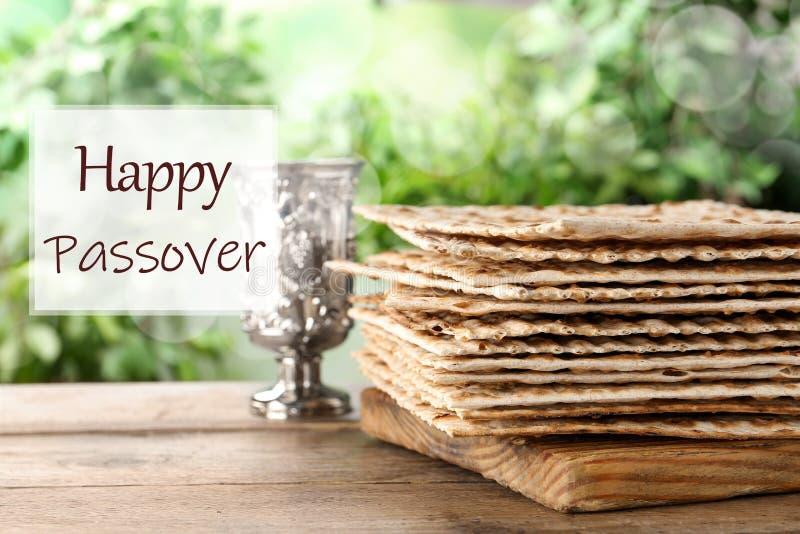 Matzos tradicionais e goblet prateado sobre a mesa Celebração de Pesach Passover foto de stock royalty free