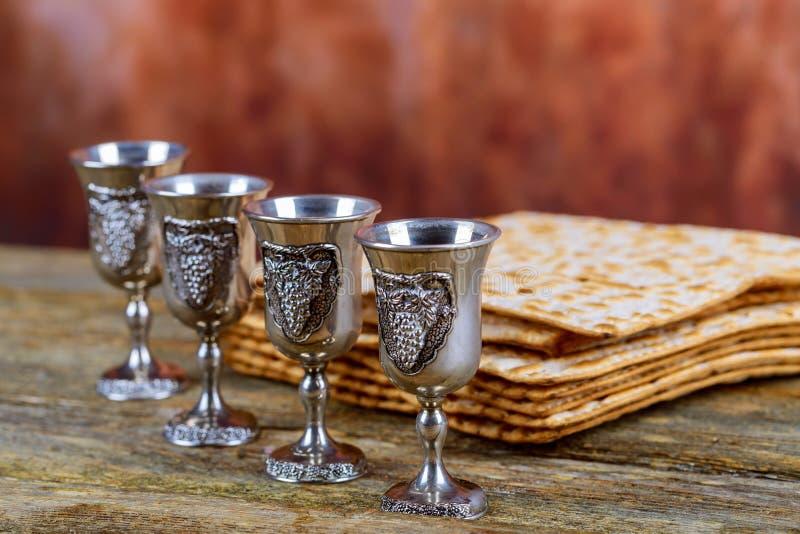 Matzot逾越节的红葡萄酒标志四块玻璃  免版税库存照片